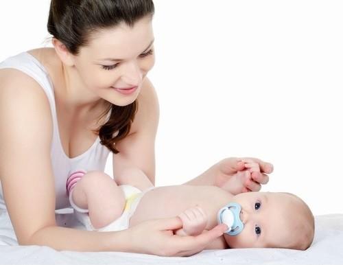 Tắm cho trẻ sơ sinh là một phần quan trọng trong công việc chăm sóc bé của mẹ.