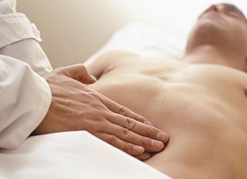 Thăm khám xác định chính xác vị trí đau bụng để chẩn đoán chính xác