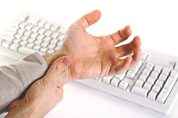 những người làm công việc nhẹ nhàng nhưng sử dụng tay nhiều, lặp đi lặp lại như đánh máy, sử dụng chuột vi tính