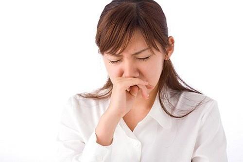 Khí hư ra nhiều và có mùi hôi khiến bạn nữ lo lắng, băn khoăn.