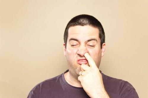 Ngoáy mũi có thể gây tổn thương niêm mạc mũi vì vậy cần loại bỏ thói quen xấu này