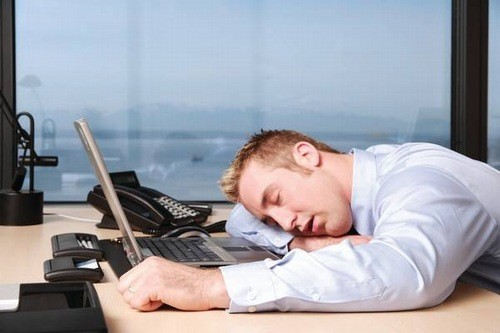 Ngủ gục xuống bàn cũng gây áp lực về mắt
