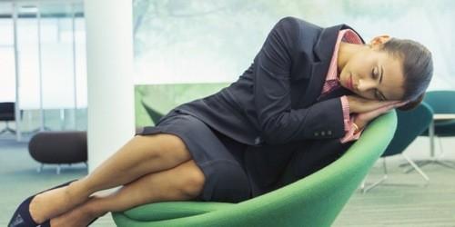 Ngủ ngồi khiến máu không lưu thông và ảnh hưởng đến hệ xương khớp