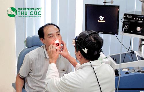 Bác sĩ khám sơ bộ ban đầu trước khi nội soi tai mũi họng