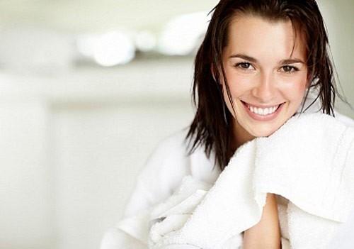 Sau khi sinh xong, mẹ nên tắm gội sạch sẽ nơi kín gió, lưu ý giữ vệ sinh vùng kín