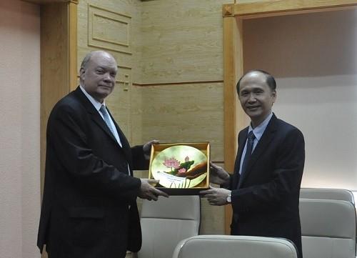 GS.TS.Lê Quang Cường tặng quà lưu niệm cho ông Rodrigo Malmierca Diaz, Bộ trưởng Bộ Ngoại thương và Đầu tư nước ngoài CH Cu Ba