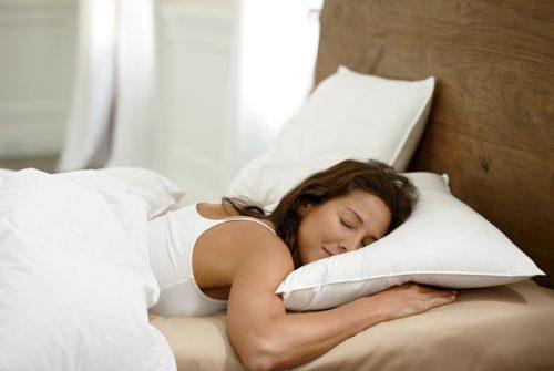 Tránh tư thế nằm sấp khi ngủ đặc biệt là trong những ngày nguyệt san,.