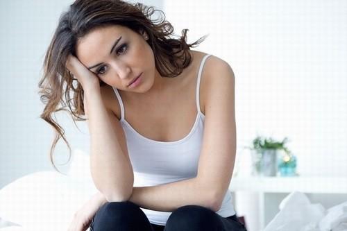 Bạn nữ có thể dựa vào sự thay đổi của cơ thể để biết ngày rụng trứng.