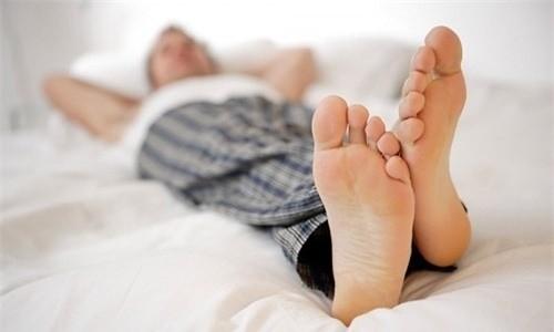 Bao quy đầu dài hoặc hẹp khó vệ sinh, dễ đóng cặn bẩn gây viêm nhiễm.