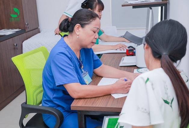 Bạn nữ có thể đến cơ sở y tế thực hiện thăm khám, xét nghiệm thai để có kết quả nhanh chóng