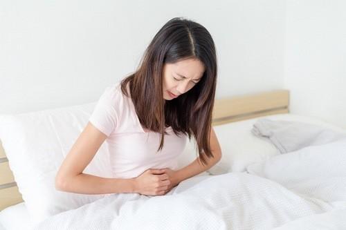 Nhiều chị em thấy vùng bụng của mình đau âm ỉ hoặc là đau dữ dội trước một đến hai ngày trước hành kinh.