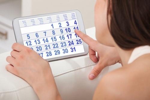 Theo dõi chu kỳ kinh hàng tháng, nếu thấy kỳ kinh bị chậm 7-10 ngày mà kinh nguyệt chưa xuất hiện thì chứng tỏ bạn đã bị chậm kinh.