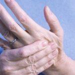 Đau khớp ngón tay phải làm sao?