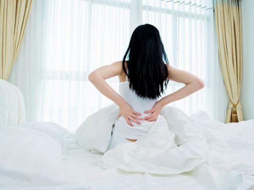 Huyết trắng bất thường kèm một số triệu chứng đau bụng đau lưng... là dấu hiệu mẹ bầu cần đi khám