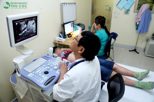 PGS.TS.Nguyễn Xuân Thành trực tiếp thăm khám và điều trị gan nhiễm mỡ cho bệnh nhi Nguyễn Q.T