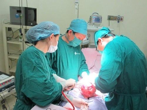 Phẫu thuật mổ thai ngoài tử cung thực hiện thế nào?