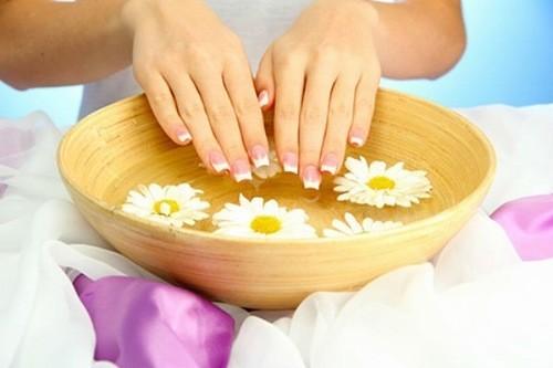 Ngâm tay nước ấm giảm triệu chứng sưng đỏ ngón tay