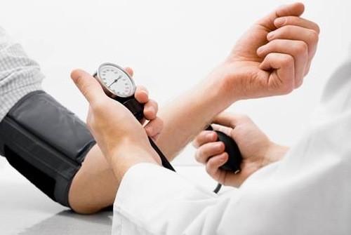 Thăm khám theo dõi huyết áp thường xuyên để ngừa biến chứng nguy hiểm