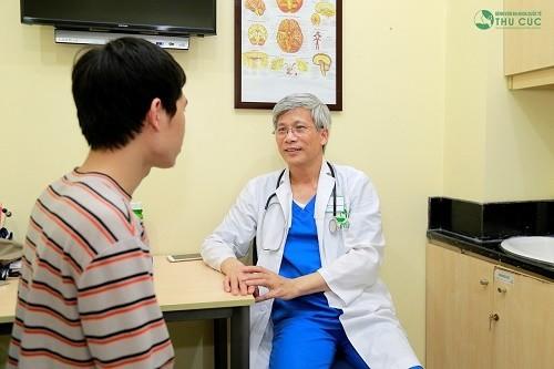 TS Nguyễn Văn Doanh trực tiếp thăm khám và điều trị rối loạn tiền đình cho nhiều bệnh nhân.