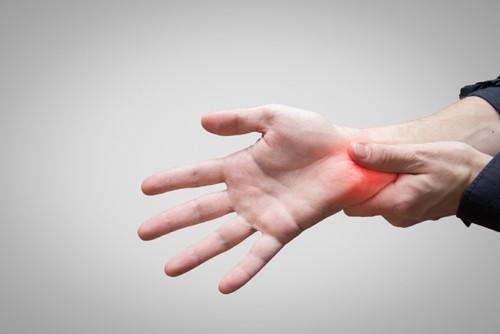 Bệnh thường bắt đầu từ từ với các triệu chứng nhẹ nhàng như đau, tê bì, có cảm giác châm chích ở các ngón tay…