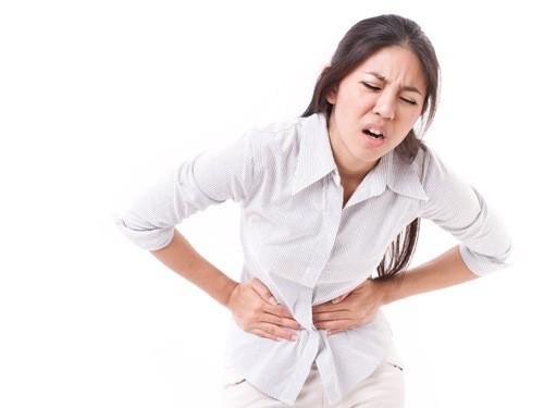 Đau bụng dưới là một trong những triệu chứng của u xơ cổ tử cung.