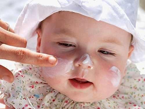 Bé bị dị ứng mẹ cần có cách chăm sóc đúng để không làm tổn thương da của bé và sức khỏe bé nhanh hồi phục