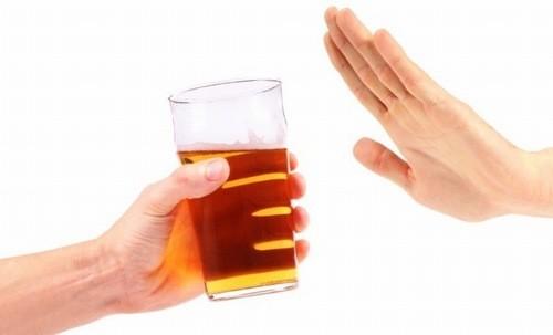 Người bị viêm cổ tử cung không nên uống rượu bia.
