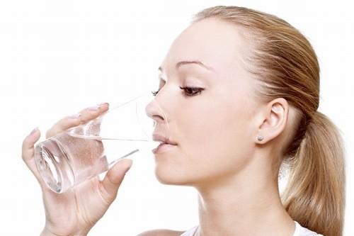 Uống đủ nước phòng ngừa sỏi bàng quang