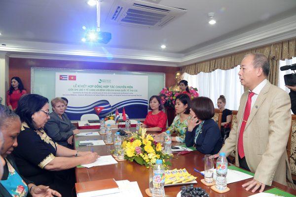 Thứ trưởng Bộ Y tế Cuba và đại sứ Cuba tại Việt Nam cùng đại diện Sở Y tế Hà Nội tham dự lễ kí