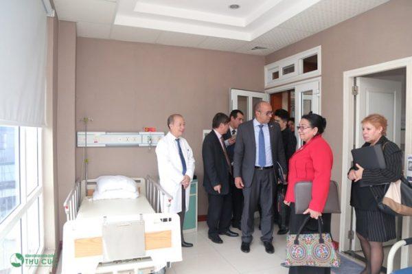 Đoàn Cuba thăm các khoa phòng tại bệnh viện Thu Cúc