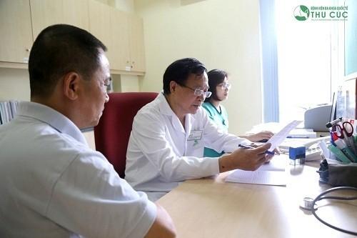 PGS., TS Nguyễn Văn Quýnh (Chuyên gia Tim mạch - Bệnh viện Thu Cúc) đang khám và tư vấn cho bệnh nhân