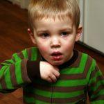 Làm gì khi trẻ bị ho, sổ mũi?