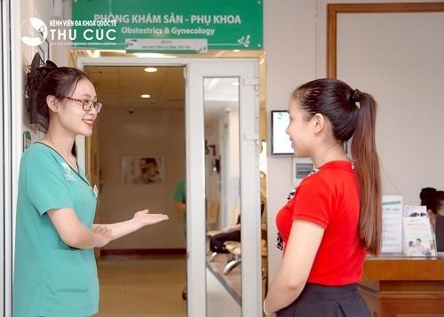 Nếu ra khí hư màu vàng kèm theo những triệu chứng bất thường, chị em cần nhanh chóng tới bệnh viện để tiến hành thăm khám