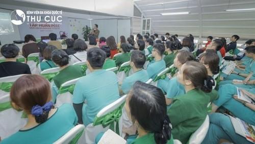 Cán bộ nhân viên bệnh viện chăm chú lĩnh hội các kiến thức cần thiết về PCCC.