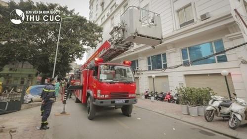 Xe thang cứu hỏa diễn tập cứu người từ tầng cao trong đám cháy.
