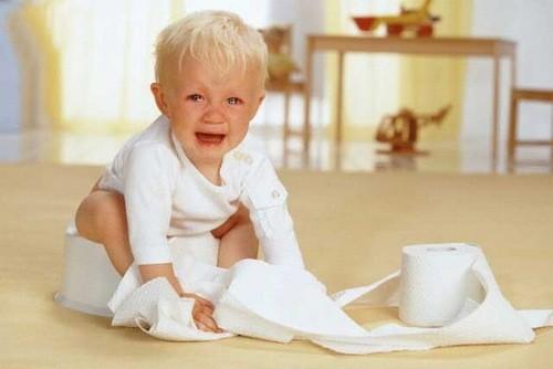 Trẻ nhỏ dễ bị táo bón do nhiều nguyên nhân