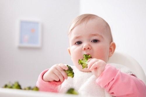 Trẻ bị táo bón, mẹ cần tăng cường chất xơ và hoa quả cho thực đơn hàng ngày của trẻ