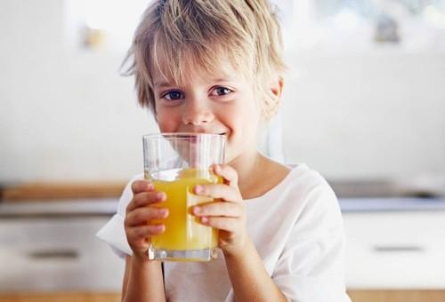 Trẻ cần bổ sung 1 lượng nước vừa đủ với lứa tuổi của mình
