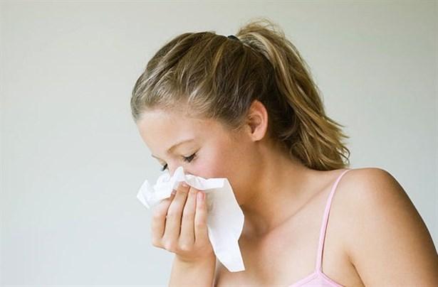 Người viêm mũi phù nề thường có triệu chứng hắt xì liên tục, nghẹt mũi, sổ mũi,...