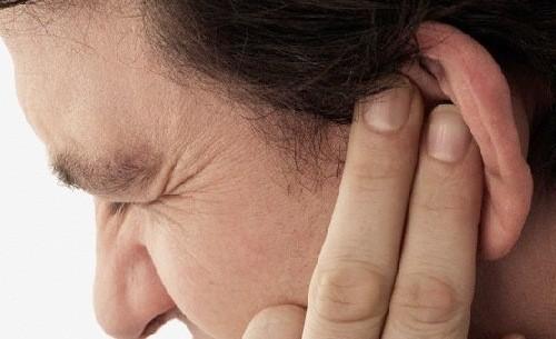 Viêm sụn vành tai khiến người bệnh có cảm giác đau, khó chịu, tai sưng đỏ