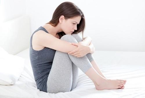 Bệnh viêm nội mạc tử cung cũng khiến khí hư có màu xanh kèm theo mùi hôi tanh khó chịu; rối loạn kinh nguyệt, đau khi quan hệ
