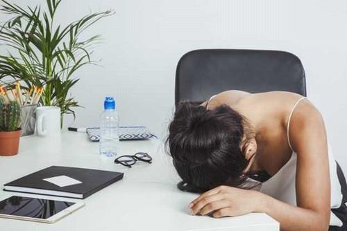 Tâm trạng căng thẳng, mệt mỏi, lo lắng, bất ổn, vùng đồi dưới hoạt động kém sẽ gây ức chế hoạt động của nội tiết tố nữ.