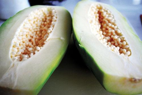 Tránh thực phẩm dễ gây kích thích co bóp tử cung như đu đủ xanh vì những cơn co bóp sẽ khiến vết thương lâu hồi phục.