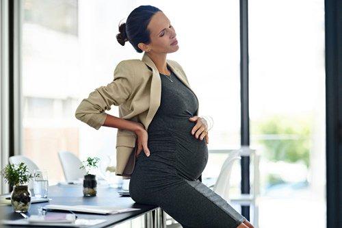 Đau háng là một trong những triệu chứng báo hiệu sắp sinh.