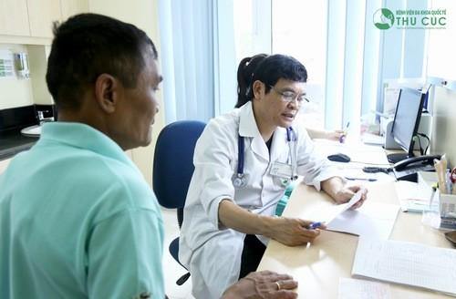 Giáo sư Nguyễn Xuân Thành trực tiếp thăm khám và chẩn đoán bệnh gan hiệu quả