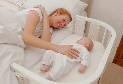 Mẹ tranh thủ ngả lưng nghỉ ngơi cũng có ích cho sức khỏe và tinh thần.