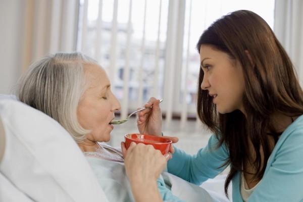 Cho bệnh nhân uống thức uống giàu năng lượng và protein