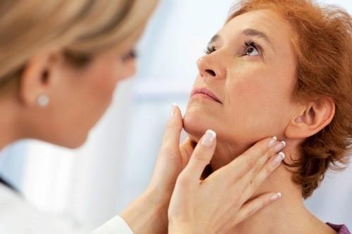 Khi có dấu hiệu u nang tuyến giáp, người bệnh cần được thăm khám điều trị kịp thời hiệu qua