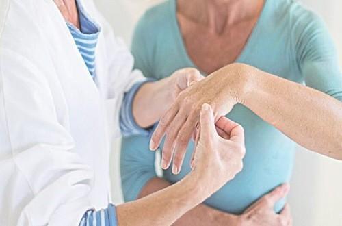 Cứng khớp là triệu chứng cảnh báo bệnh lý xương khớp cần phát hiện sớm và chữa trị hiệu quả