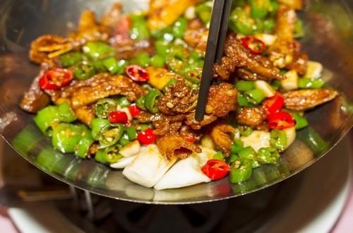 Những đồ ăn như gừng, ớt, tiêu…thường nóng và gây kích thích niêm mạc dạ dày, đồng thời ức chế thải độc của gan. Do đó nếu bạn mắc viêm gan B nên hạn chế ăn những thực phẩm này